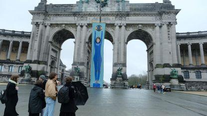 Reuzenspandoek aan triomfboog Jubelpark voor vrouwendag