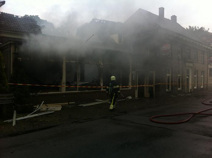 De brandweer is ook in de ochtend nog bezig met nablussen.