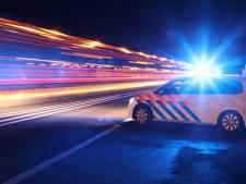Politie op zoek naar stenengooiers die meermalen grote tegels op de weg achterlaten