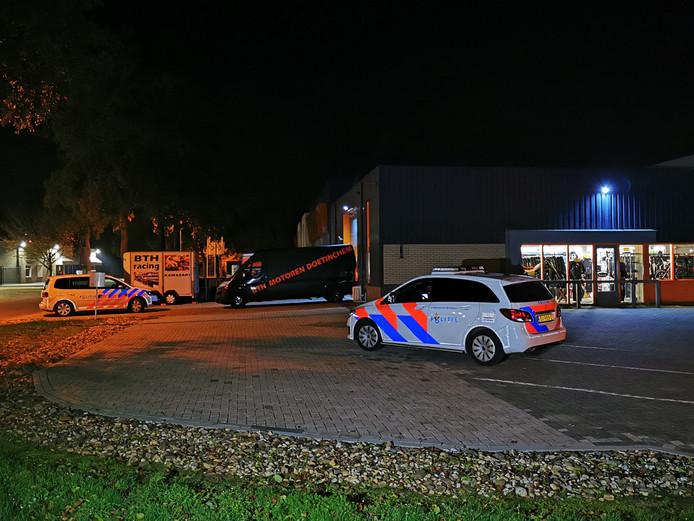 Politie bij de motorzaak in Doetinchem na de overval.