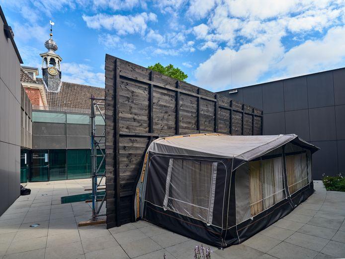 De imposante installatie neemt de hele binnenplaats van het Stedelijk Museum Breda in beslag.