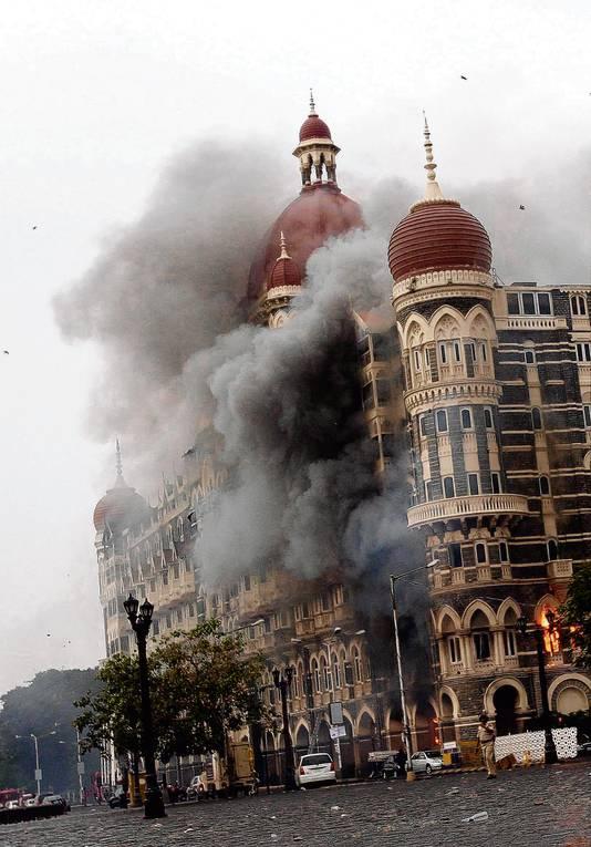Het Taj Hotel in Mumbai tijdens de terroristische aanslag aldaar.