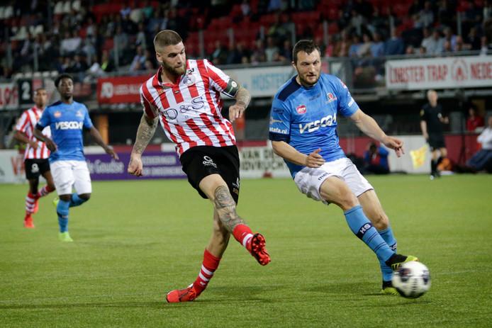 Lars Veldwijk tekent voor de 3-0 tegen Helmond Sport.