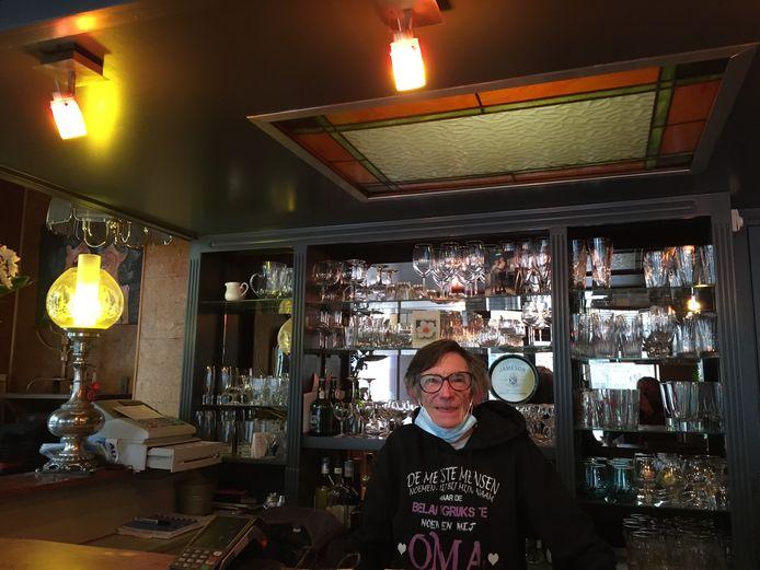 Nadia Joos (64) op haar vaste stek achter de toog van café 't Kanon.