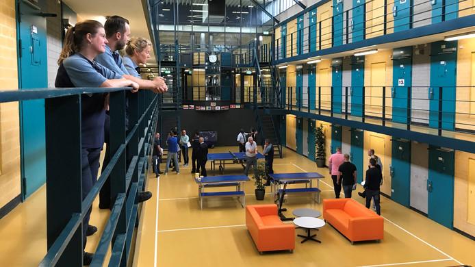 De Penitentiaire Inrichting in Nieuwegein. Het gebouw staat een ingrijpende renovatie te wachten. Veel gedetineerden moeten daardoor intern worden overgeplaatst. De gevangenis spreekt van de inrichtiing van een 'wisselpaviljoen' om elke afdeling te kunnen aanpakken.