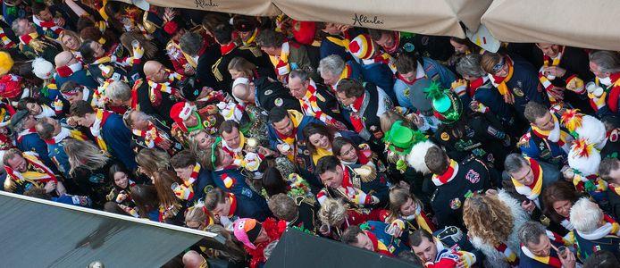 Den Bosch. Roet Korte Put, carnaval in de Korte Putstraat in 's-Hertogenbosch op de donderdag voor carnaval