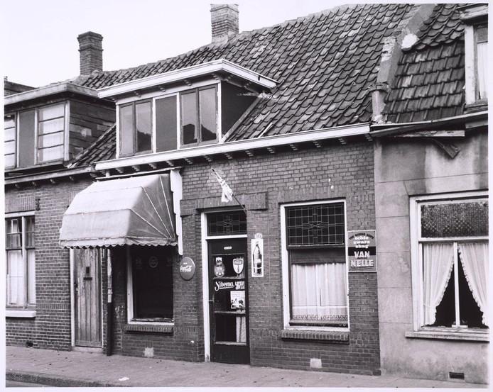 Kruidenierswinkel familie Melis aan de Anna Paulownastraat, nu Koningsplein.