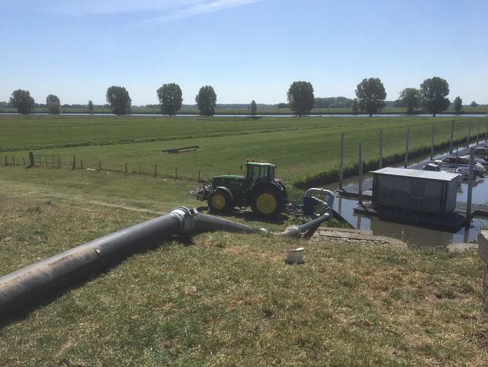 Rivierwater uit de Bergsche Maas wordt bij Genderen het Land van Heusden en Altena ingepompt.