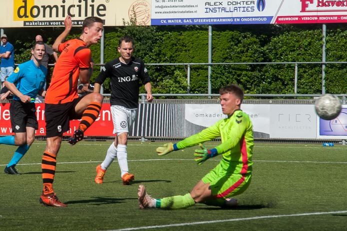 Jesse Buitenhuis scoort voor Sparta Nijkerk, dat dinsdag en zaterdag tegen Eemdijk speelt.