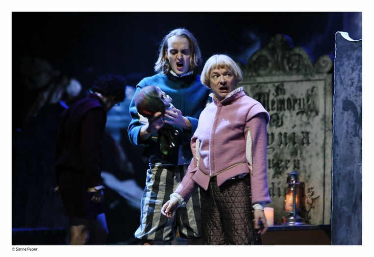 scene uit Hamlet , de familievøørstelling Beeld Sanne Peper