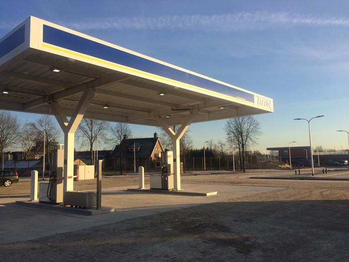 Het tankstation telt vier pompen. Op de achtergrond is nog net het restaurant van KFC te zien.