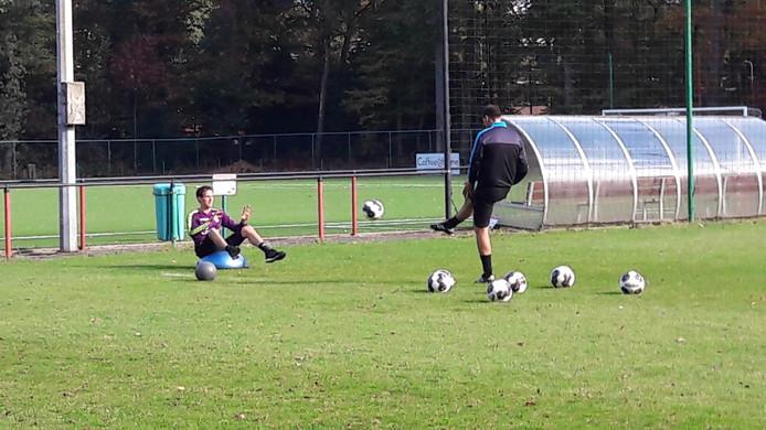 Doelman Norbert Alblas traint weer met de bal.