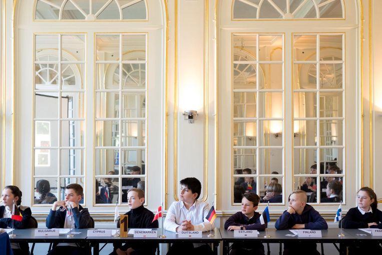 De jonge ministers aan de vergaderingstafel in het kasteel.