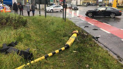 Rood licht genegeerd op kruispunt: verkeerslichten vernield bij botsing