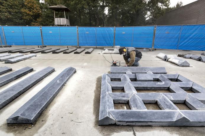 De stenen maquette van het concentratiekamp wordt geschuurd, gepolijst en gerepareerd waar nodig. De werkzaamheden duren ongeveer twee weken.