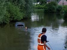 Bestelbus belandt na botsing in water, scooterrijder gaat er vandoor