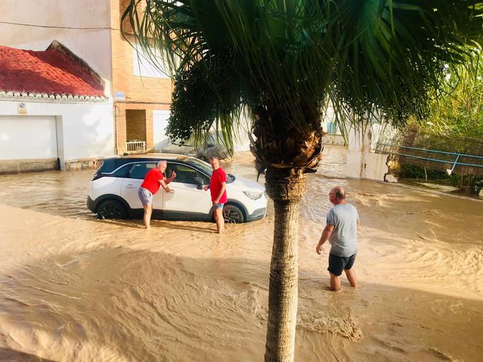 Noodweer teistert het oosten van Spanje en Annette van den Berg (50) en André Ribbers (55) zitten er middenin. Hun hotel Cristina in Los Alcázares is veranderd in een gevangenis.
