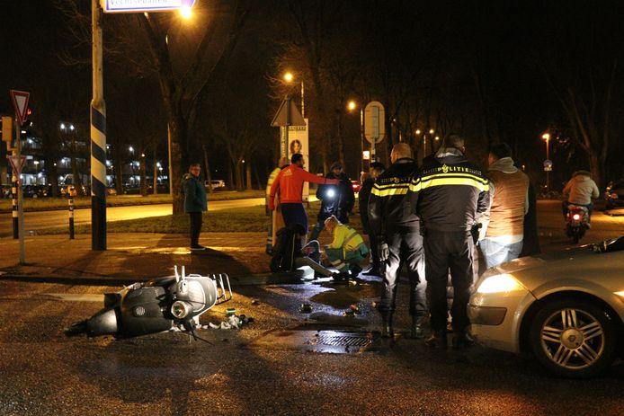 Na de botsing in Utrecht Overvecht moest de scooterrijder voor behandeling van zijn verwondingen naar het ziekenhuis, .