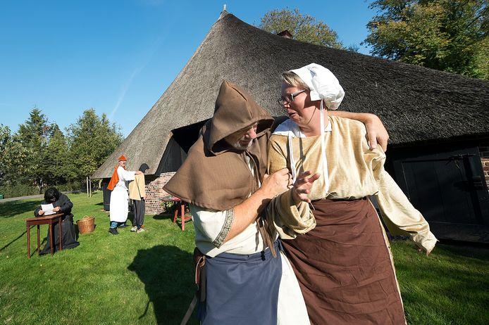 Repetitie voor een historisch festijn. Het Sallaans is een van de dialecten die onder het Nedersaksisch vallen.