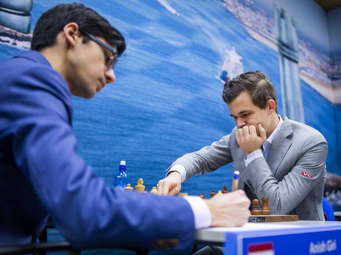 Anish Giri en Magnus Carlsen.
