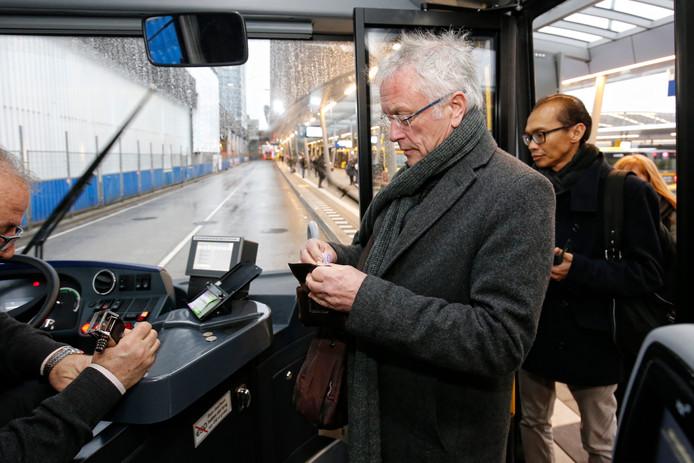 Met contant geld een los kaartje kopen in de bus in Utrecht is binnenkort misschien verleden tijd.