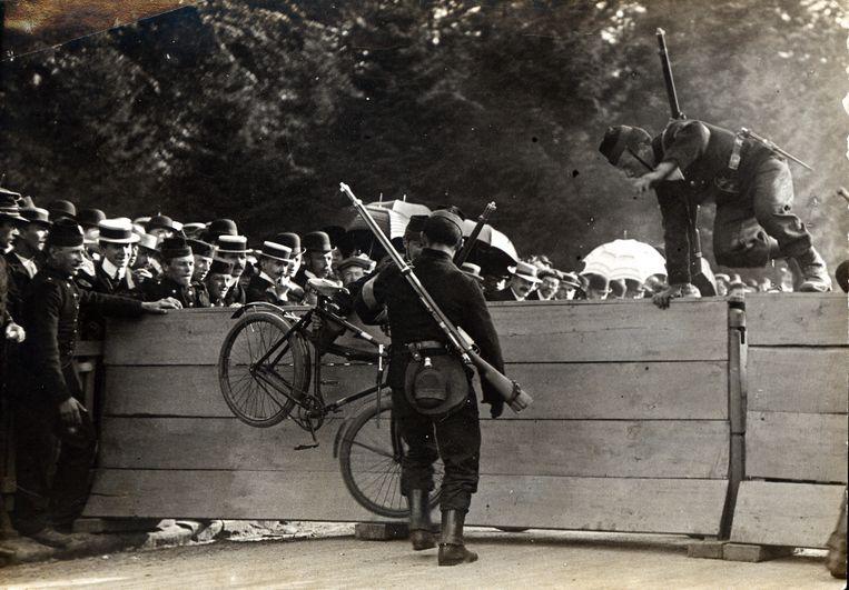 De eerste soldaat-cyclisten van het regiment carabiniers in Waver lieten op 10 juli 1910 maar wat graag zien wat ze in hun mars hadden, geweer op de rug.
