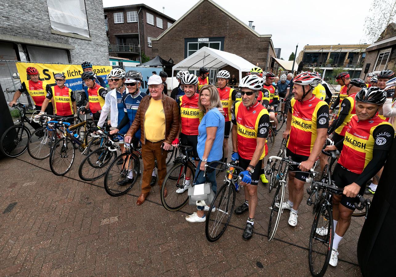 De start van de eerste editie van de Bert van Oosterbosch Classic bij het Eindhovense wielercafe De Velosoof. Vooraan de bijna voltallige TI Raleighploeg waar Oosterbosch deel van uitmaakte.