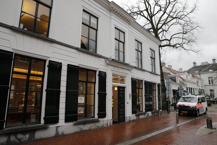 De overvaller bedreigde het personeel van de brillenzaak in Oosterhout met een wapen en eiste geld.