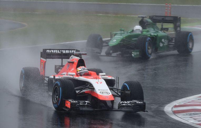 Jules Bianchi, in de voorste auto, voor het ongeluk afgelopen zondag. Beeld afp