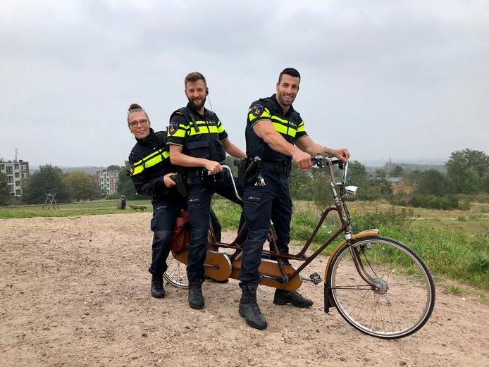 De drie wijkagenten met de tandem die vanaf nu wordt ingezet door de politie. Links: Femke van den Berg.