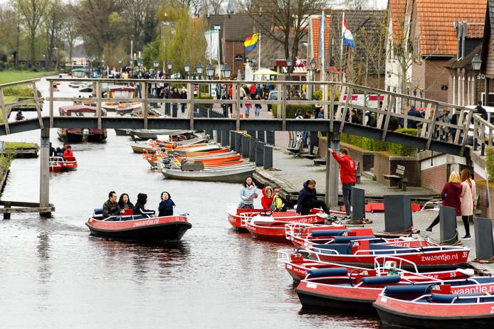 Toeristen maken gretig gebruik van de huurbootjes in Giethoorn.