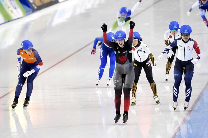 Irene Schouten (links) buigt haar hoofd voor winnares Ivanie Blondin.