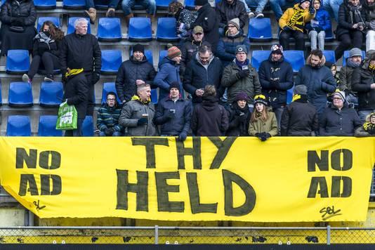 Spandoek voor Lennart Thy, opgehangen door NAC-supporters