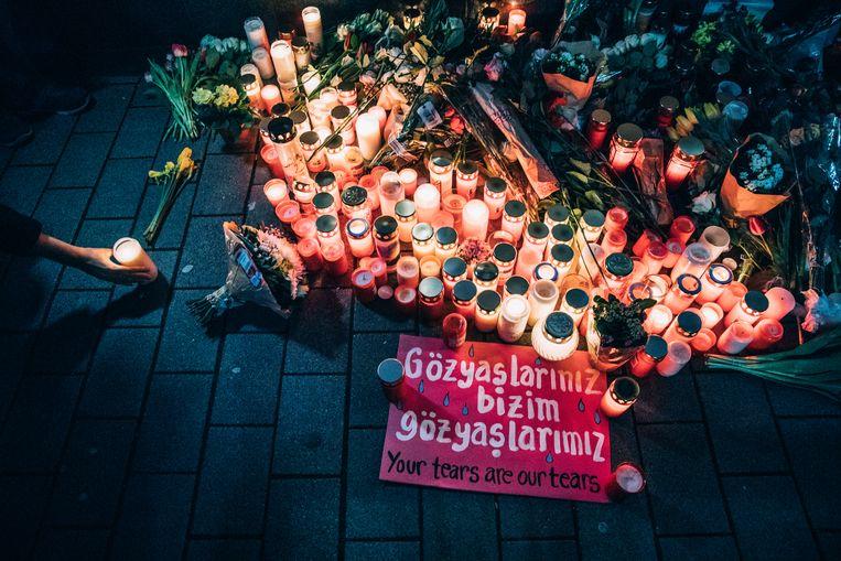 Een waken van bloemen en kaarsen in Hanau. Beeld null