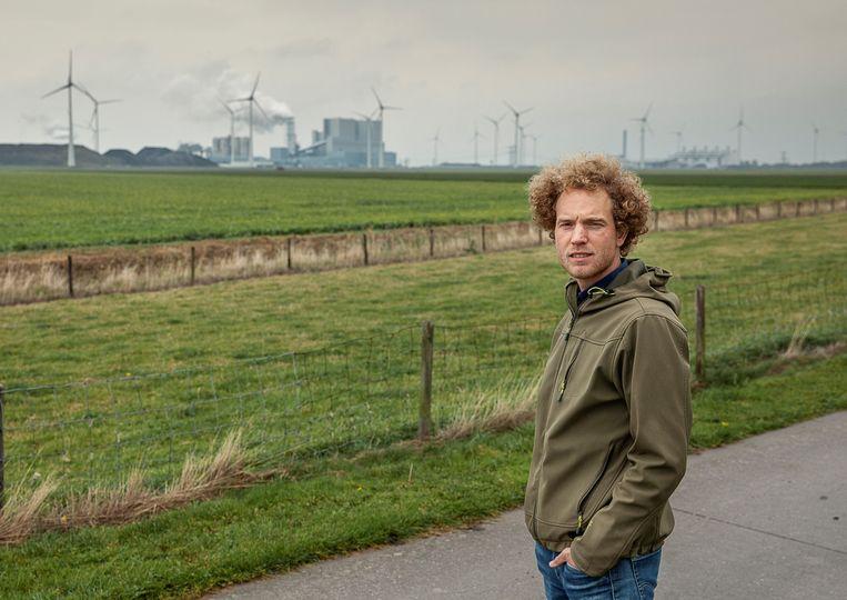 Correspondent Noord-Nederland Jurre van den Berg bij een eerder bezoek aan de Groningse Eemshaven. Beeld Harry Cock