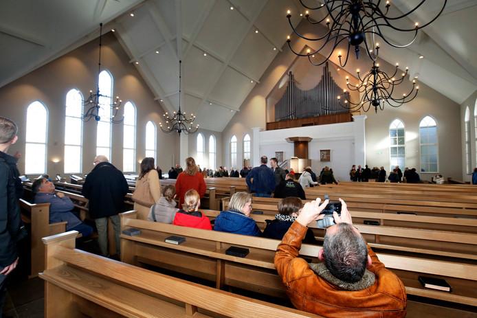 Het grote nieuwe kerkgebouw van de gereformeerde gemeente heeft heel wat bekijks.
