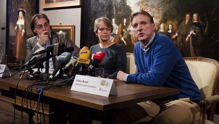 (VLNR) Ad Geerdink, directeur van het Westfries Museum, Arthur Brand, specialist in kunstcriminaliteit en Yvonne van Mastrigt, burgemeester van Hoorn, geven in december vorig jaar uitleg tijdens een persconferentie over de in 2005 gestolen kunst uit het museum. Beeld anp