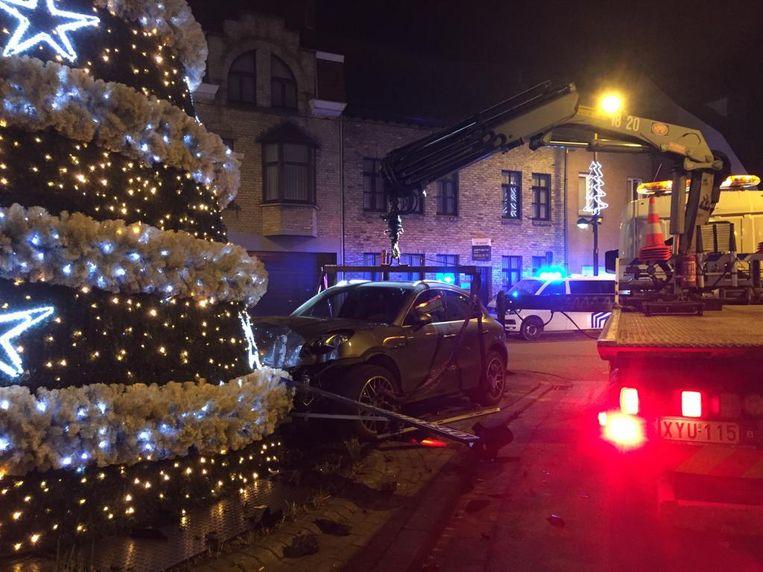 De Porsche ramde een verkeerslicht, enkele paaltjes, borden en een kerstboom van de gemeente.
