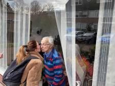 Spandoek en kusjes op het raam voor jarige opa Tiny: 'Als ik 100 word herinner ik me dit nog'