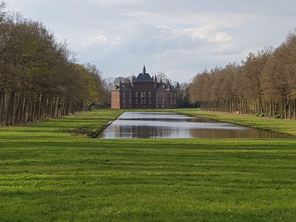 Het wandelpad leidt je onder meer naar dit zicht op de spiegelvijver en het kasteel De Merode.