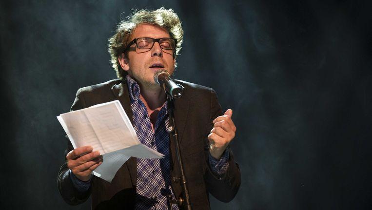 Dichter Ramsey Nasr draagt een gedicht voor tijdens Motel Mozaique. Beeld ANP