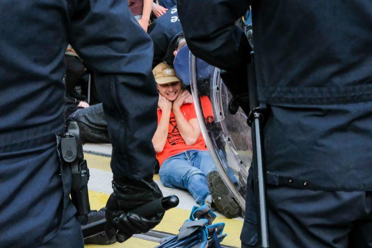 Er is heel wat kritiek ontstaan op het optreden van de politie tijdens de actie van burgerlijke ongehoorzaamheid door Extinction Rebellion eerder deze maand op het Koningsplein.