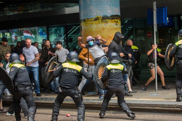 Demonstranten zoeken de confrontatie met de politie bij Den Haag Centraal. Beeld Arie Kievit