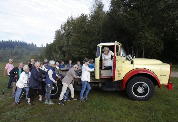 Een groep wandelaars uit Rhenen schoot het onfortuinlijke bruidspaar te hulp.