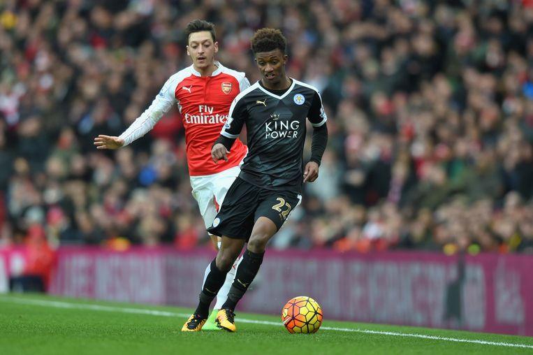 Mesut Ozil (Arsenal) in duel met Demarai Gray. Beeld Getty