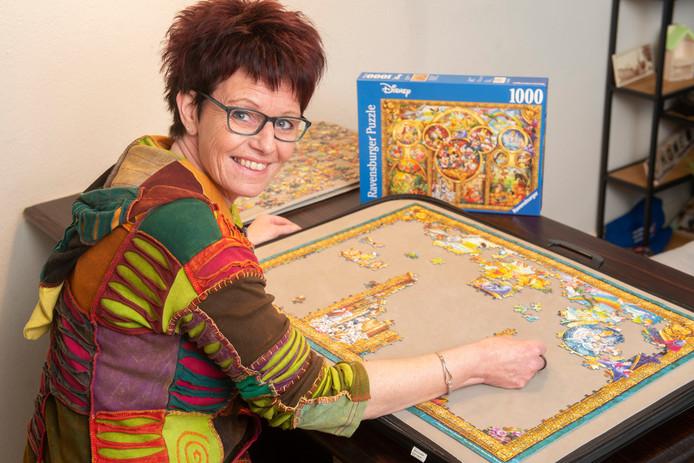 Simone van de Wiel is bezig met de Disney-puzzel van duizend stukjes.
