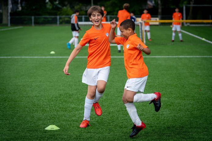 Voetbalclinic bij SML van Ubuntu Sport.