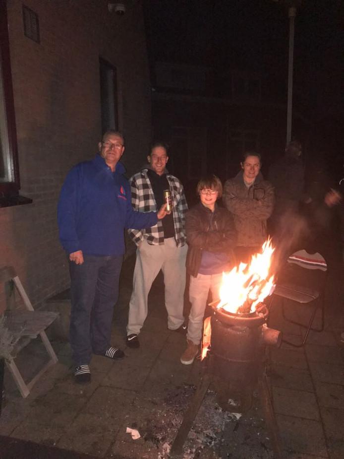 Deze Culemborgers besloten een vuurkorf aan te maken en buiten een biertje te gaan drinken.