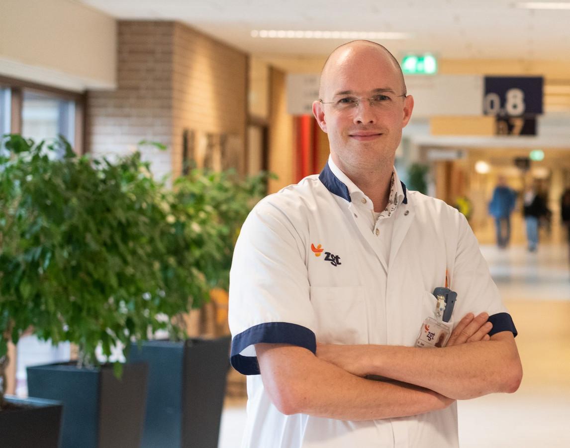 Longarts Ruben Zaal van ZGT gaat met collega's COPD-patiënten thuis volgen via een app.