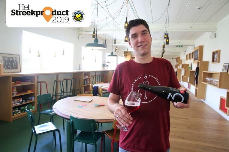 Gaëtan Claes van 3 Fonteinen schenkt in de Lambik-O-Droom een fles Oude Kriek uit.